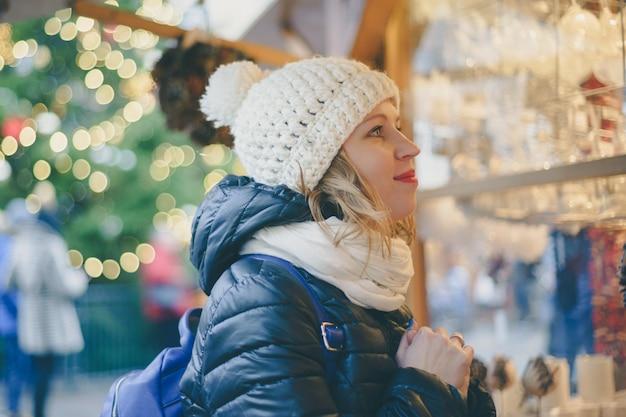 Junge frau am weihnachtsmarkt