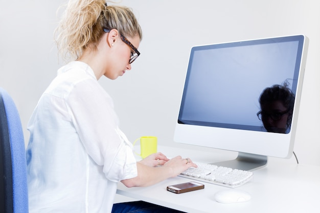 Junge frau arbeitet von zu hause auf dem computer