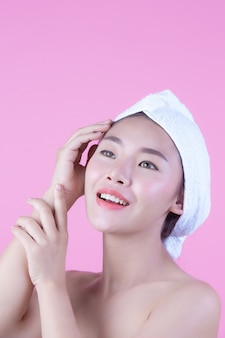 Junge frau asien mit sauberer neuer hautnote besitzen gesicht, ausdrucksvolle gesichtsausdrücke, cosmetology und badekurort.