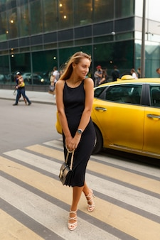Junge frau auf dem platz eines taxis