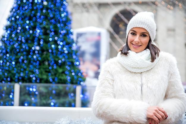 Junge frau auf dem weihnachtsmarkt