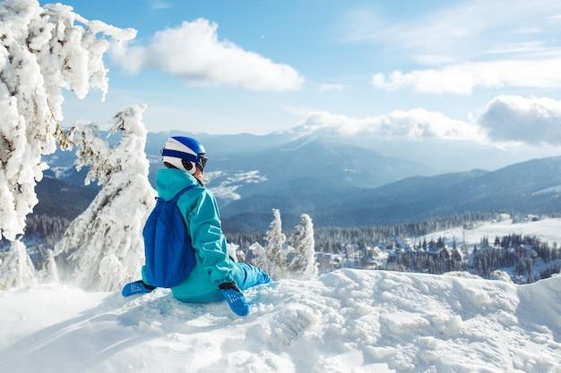 Junge frau auf den schneebedeckten bergen