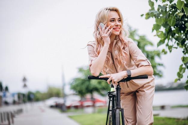 Junge frau auf einem fahrrad im park
