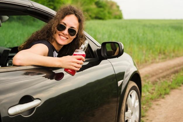 Junge frau auf einer reise in einem auto