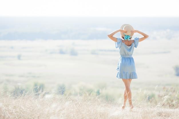 Junge frau auf natur freiheit. frau frei. dame bewundert erstaunliche natürliche ansicht. frau bewundert eine landschaft.