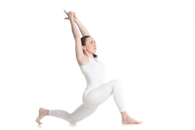 Junge frau auf yoga-übungen konzentrieren