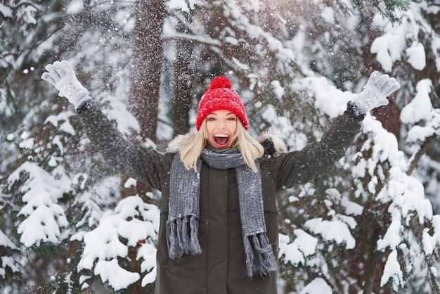Junge frau bedeckt mit frischem schnee