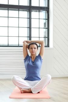 Junge frau bereit, yoga-übungen zu machen