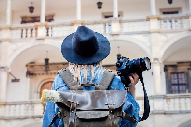 Junge frau, berufsfotograf mit kamera