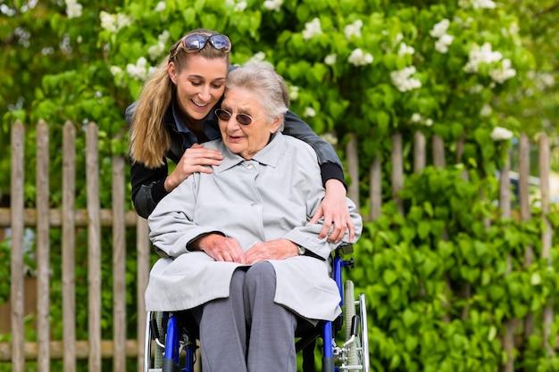 Junge frau besucht ihre großmutter im pflegeheim