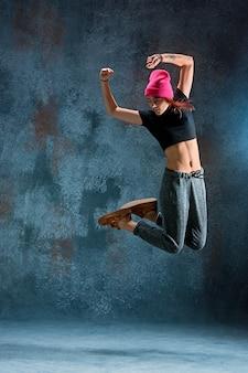 Junge frau breakdance.