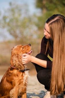 Junge frau der nahaufnahme in liebe mit ihrem hund