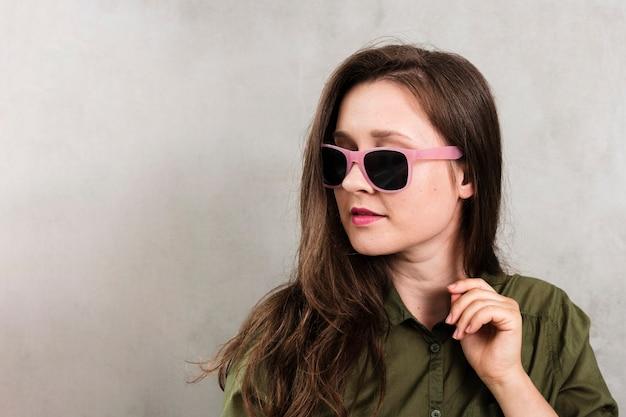 Junge frau der vorderansicht mit sonnenbrille