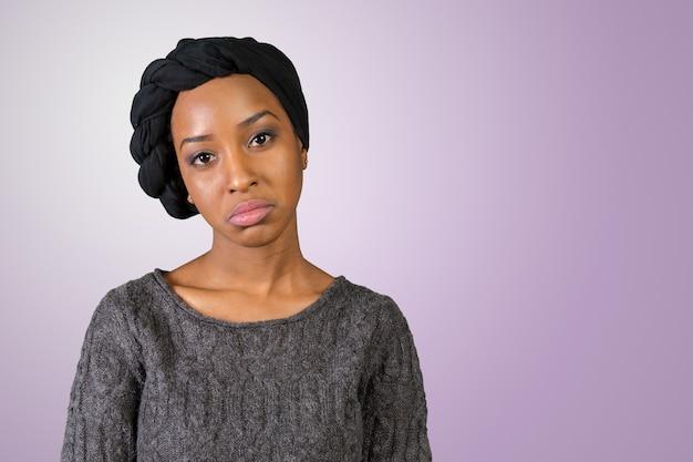 Junge frau des unglücklichen afroamerikaners