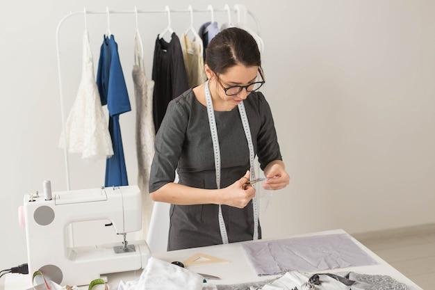 Junge frau designer-prozess der schaffung eines kleides