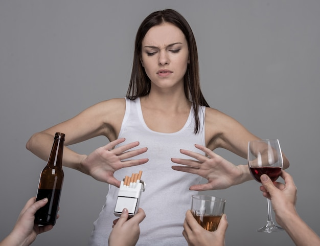 Junge frau, die alkohol und tabak verweigert.