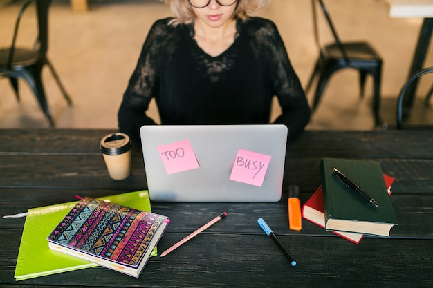 Junge frau, die am laptop im mitarbeitenden büro arbeitet
