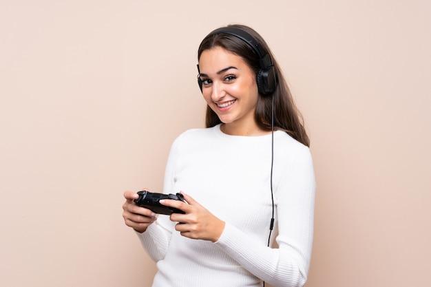Junge frau, die an den videospielen spielt