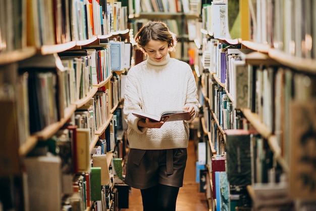 Junge frau, die an der bibliothek studiert