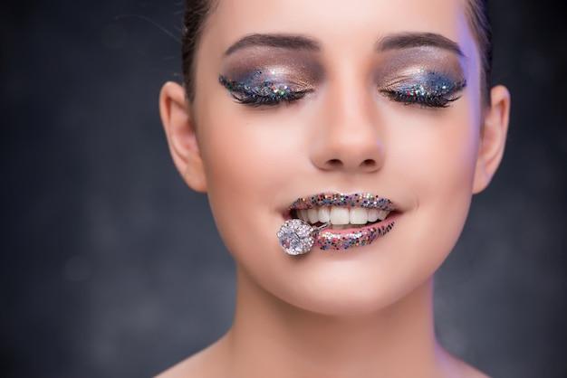 Junge frau, die antrag mit diamantring empfängt