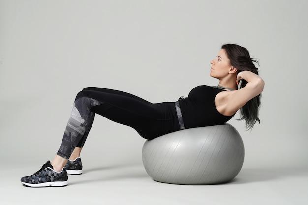 Junge frau, die ausübt, fitness