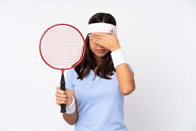 Junge frau, die badminton spielt