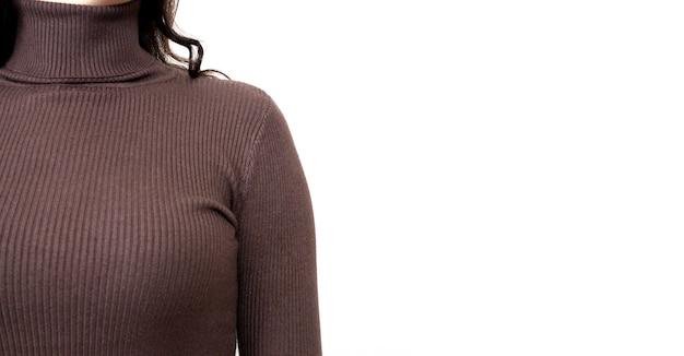 Junge frau, die braunen pullover oder rollkragen-nahaufnahme trägt.