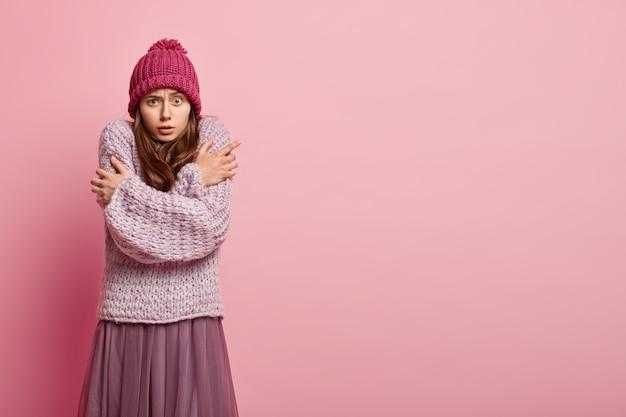 Junge frau, die bunte winterkleidung trägt