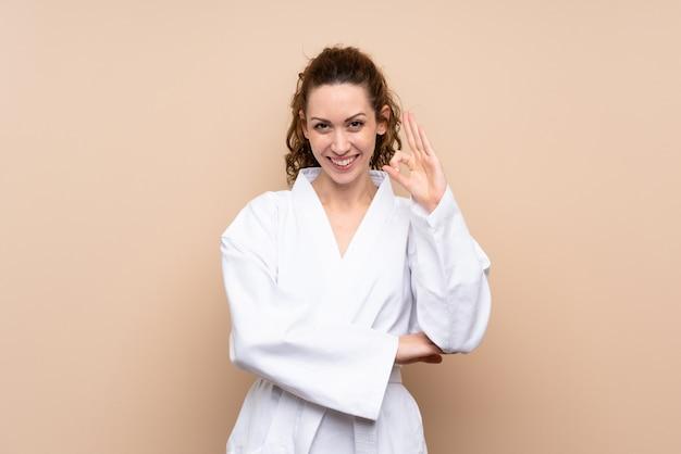 Junge frau, die das karate zeigt okayzeichen mit den fingern tut