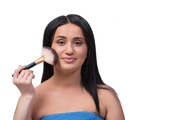Junge frau, die das make-up getrennt auf weiß erhält