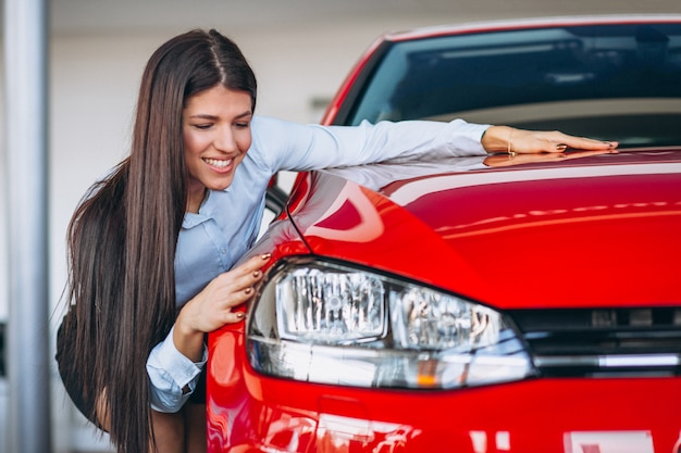 Junge frau, die ein auto kauft