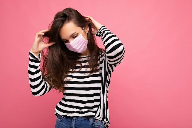 Junge frau, die eine anti-virus-schutzmaske trägt, um andere vor corona-covid und sars-cove zu schützen