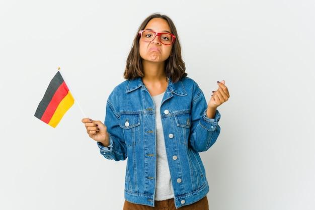 Junge frau, die eine deutsche flagge hält, die zeigt, dass sie kein geld hat