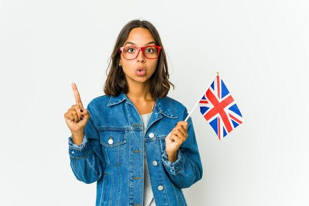 Junge frau, die eine englische flagge hält, die eine große idee hat