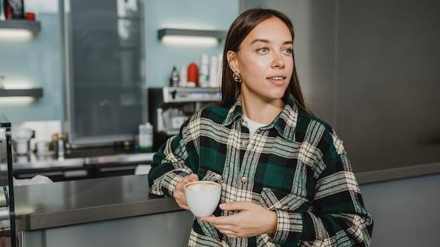 Junge frau, die eine kaffeepause genießt