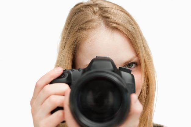Junge frau, die eine kamera anhält