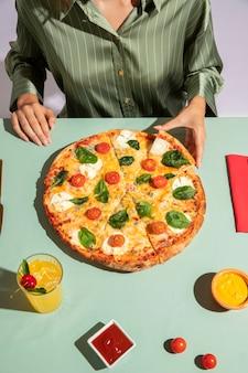 Junge frau, die eine köstliche pizza genießt
