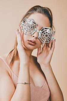 Junge frau, die eine spinnennetzbrille für maskerade oder halloween-party trägt.