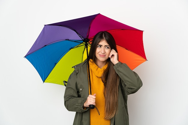 Junge frau, die einen regenschirm hält