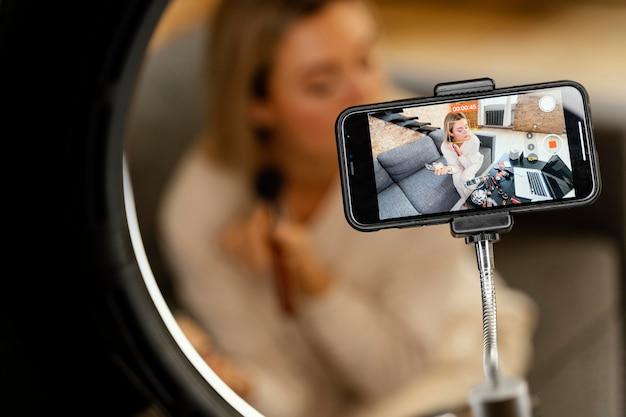 Junge frau, die einen schönheits-vlog tut Kostenlose Fotos