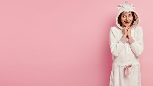 Junge frau, die einhornpyjamas trägt
