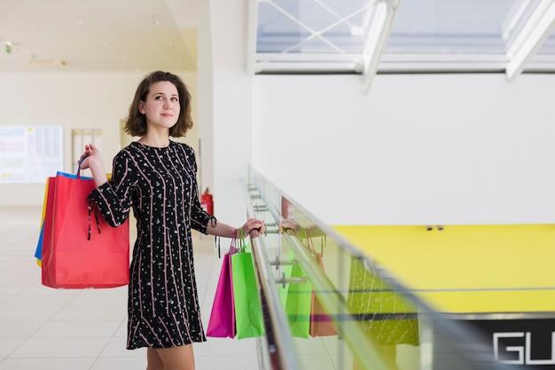 Junge frau, die einkaufstaschen hält