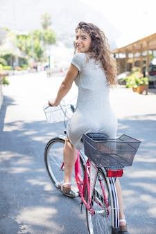 Junge frau, die fahrrad fährt