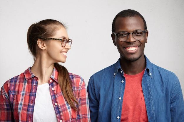Junge frau, die gestreiftes hemd und brillen trägt