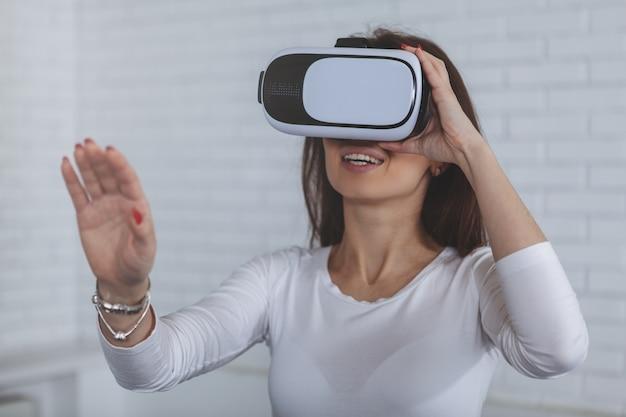 Junge frau, die gläser der virtuellen realität 3d trägt