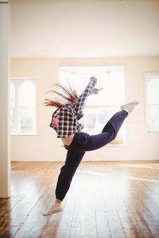 Junge frau, die hip-hop-tanz praktiziert