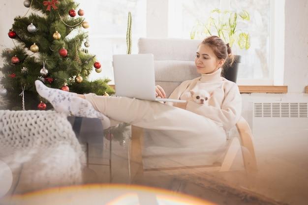 Junge frau, die ihr häusliches leben genießt. wohnkomfort, winter- und urlaubszeit