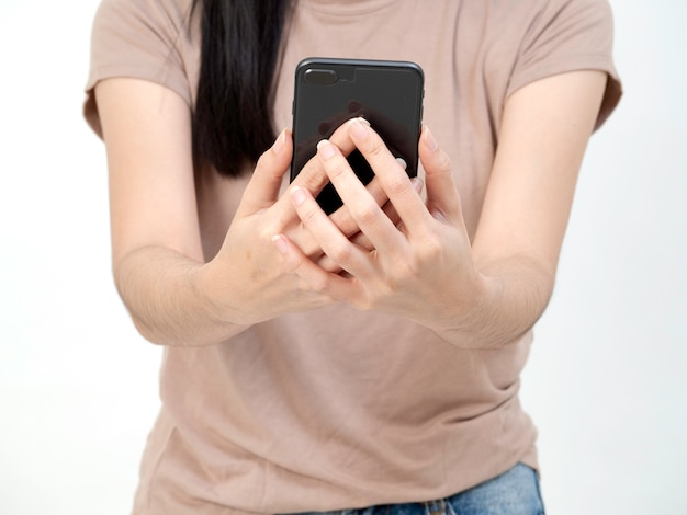 Junge frau, die ihr telefon verwendet.
