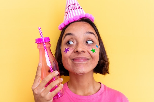Junge frau, die ihren geburtstag feiert, einen milchshake trinkend