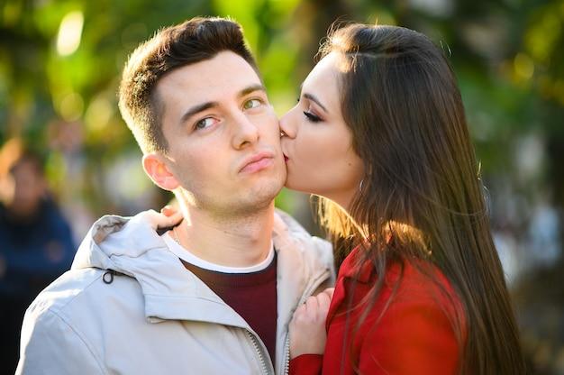 Junge frau, die ihren verschwundenen freund küsst, verzeihungskonzept